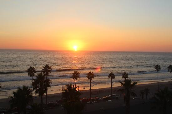 Wyndham Oceanside Pier Resort: Sunset from our 5th floor ocean front balcony - room 526