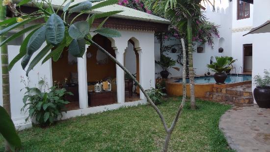 Kholle House: Garden, pool lounge