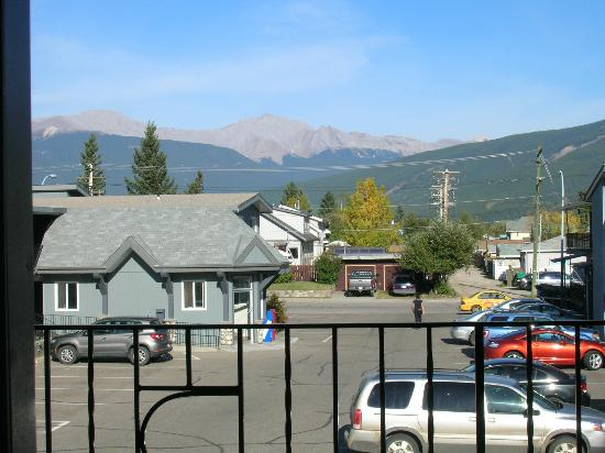 Mount Robson Inn: Viwe from 2nd floor room