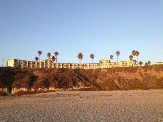 Kon Tiki Inn: vue sur l'hôtel depuis la plage