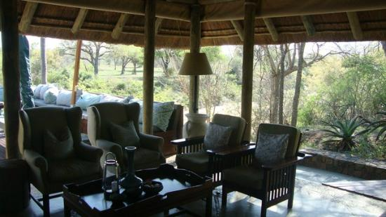 Thornybush Game Lodge: Open lounge and bar area