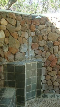 Thornybush Game Lodge: Outdoor shower