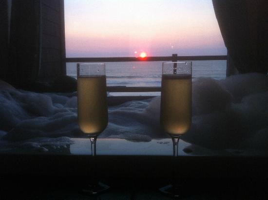 Starfish Manor Oceanfront Hotel: Romantic Evening