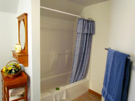 Sunflower Inn of Yoder: Tub/shower of the Private Bath of the Sunflower Room