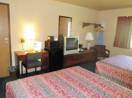 Home Place Inn: Standard Double Room with Queen Size Beds, Mini Frig, Coffee Makers, Iron and Ironing Board