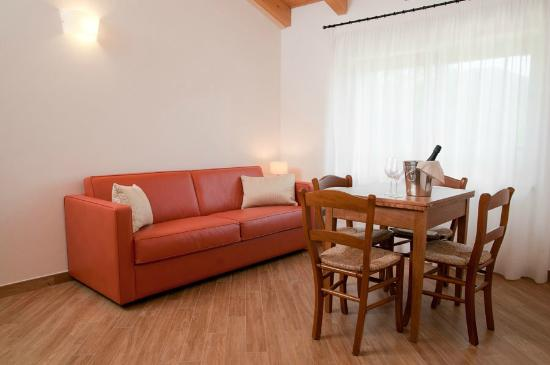 L'Isola del Sasso : Sofa and table of the mini apartment