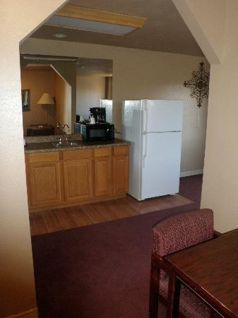 Home Place Inn: Corner Single Kitchenette Entry - King Size Bed #101