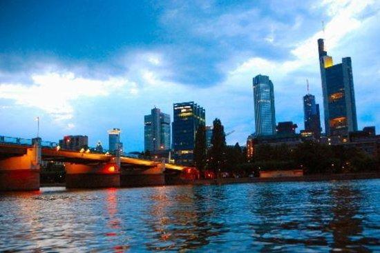 Mainkai Street: Skyline beim Sonnenuntergang vom Museumsufer