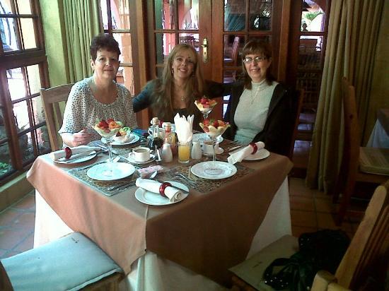 Bohemian Rhapsody Guest House  &  InnTshwane Lodge: Beautiful Breakfast Setting 