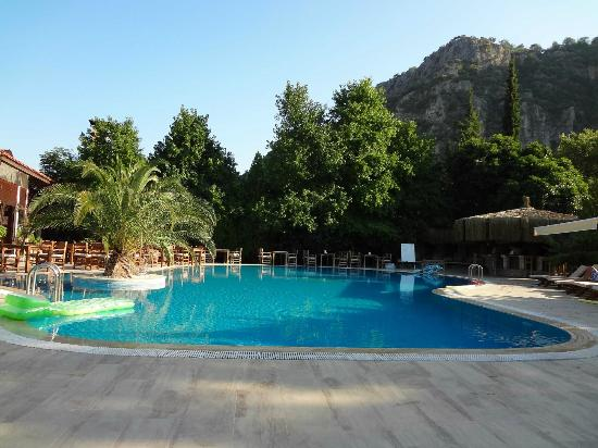 Aydos Club: Aydos Club's pool and bar with thatched roof 
