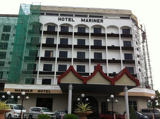 Mariner Hotel Labuan : The front view.