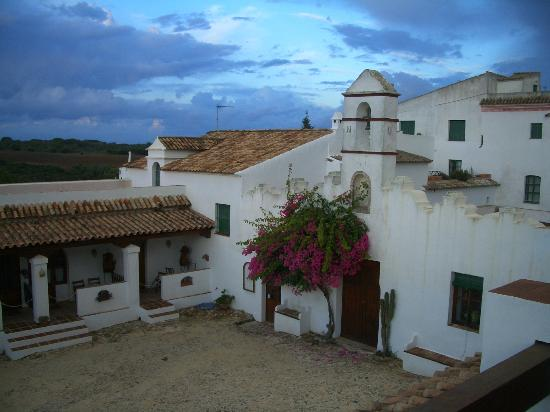 El Palomar de la Breña: Hotel courtyard in early evening