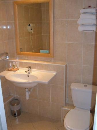 Mercure Tours Centre Gare : Shower room but no towel rails!
