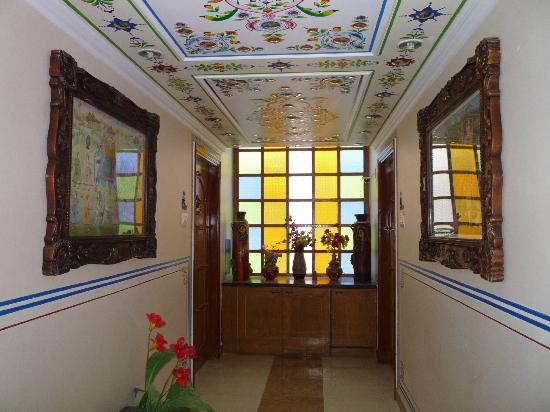 Sunder Palace Guest House: Hall way 