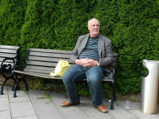 Scandic Holmenkollen Park: leere flaschen u. gläser und unkraut, voller Ascher
