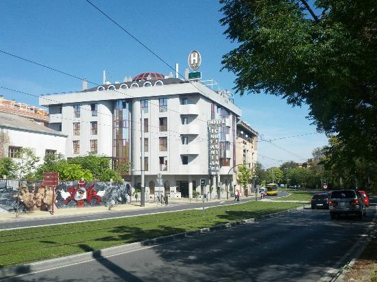 Hotel Infanta Cristina: Vista exterior, junto al trazado del tranvía de Jaén