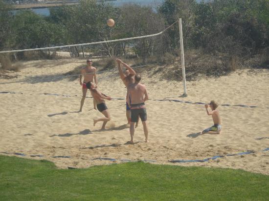 Asterias Beach Hotel: пляжный волейбол