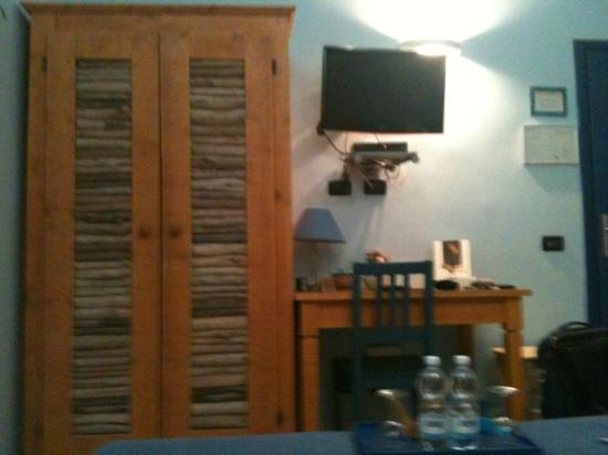 Locanda dei Poeti: TV, table and wardrobe