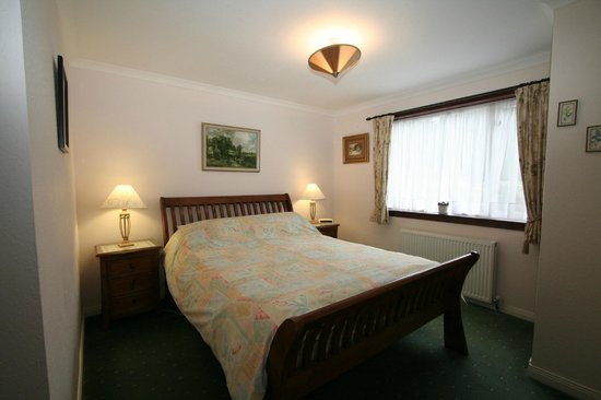 Cherry Trees Farm B&B: double en-suite bedroom with kind bed