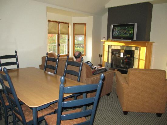 Homewood Suites Mont-Tremblant: Salle de séjour 
