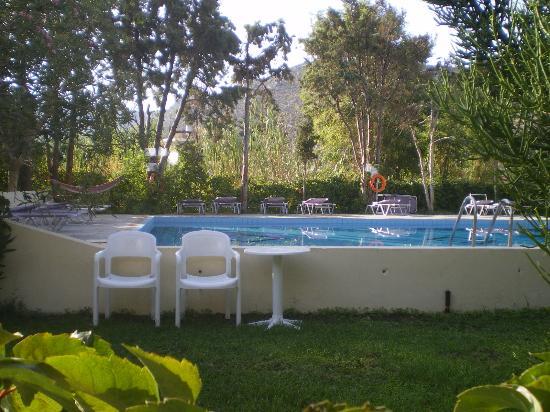 Hotel Neos Matala: vista del giardino con piscina