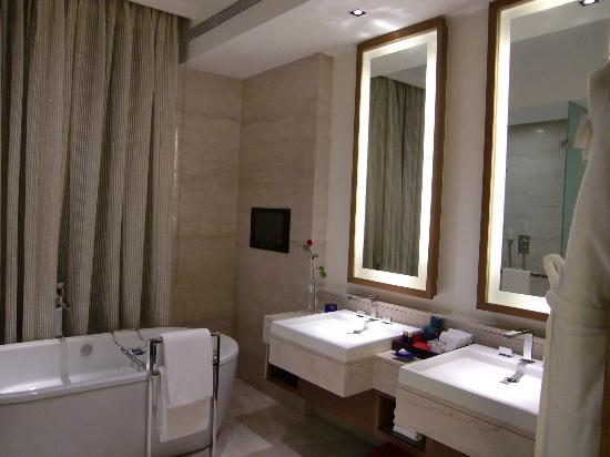 The Oberoi, Gurgaon: bathroom