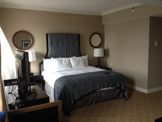 Hilton Milwaukee City Center: bed in room 2226