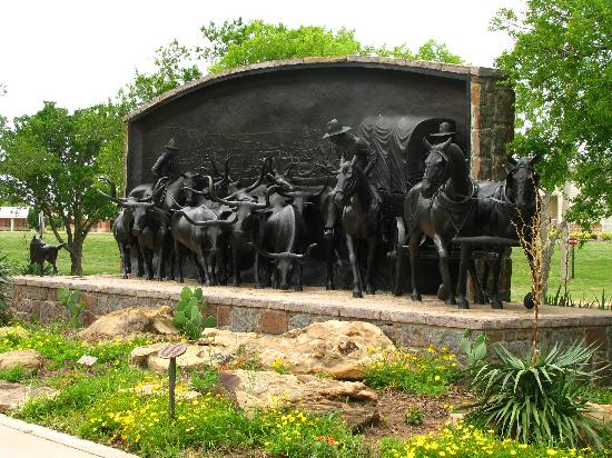 Chisholm Trail Heritage Center : Trail-Monument vor dem Eingang