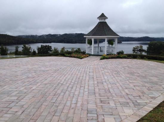 Whitestone Country Inn: Heart-shaped, giant patio for weddings.