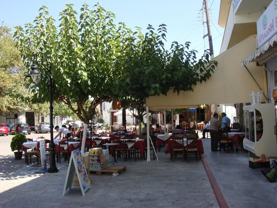 Mochos, Greece: La terrasse de la taverne