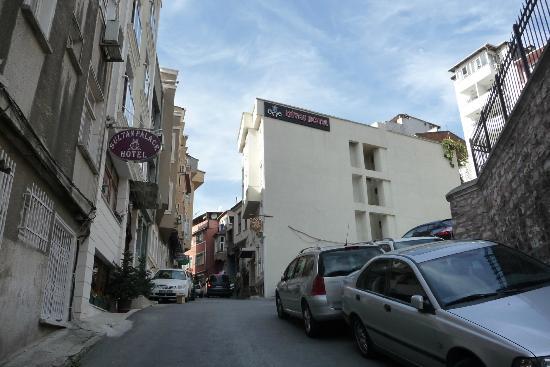 Diva's Hotel: hotel on right