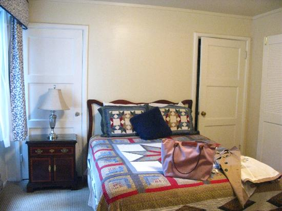 Carmel Wayfarer Inn: Spacious room and quite comfortable bed