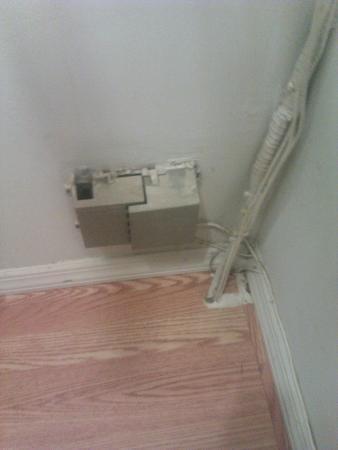 เมโทรอพาร์ตเมนท์: exposed electrical junction box in corner of room
