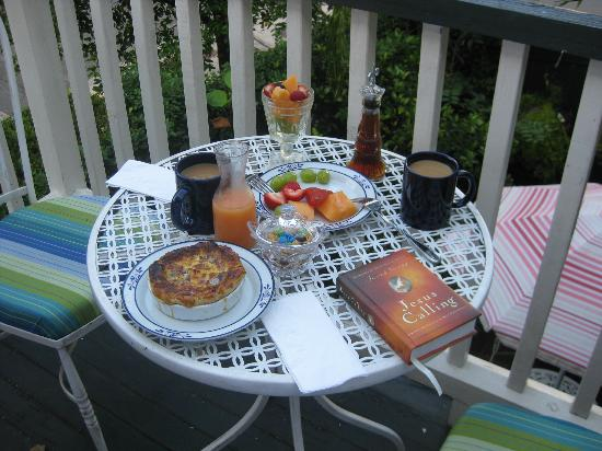 Armstrong Inns Bed and Breakfast: Breakfast on the balcony - Great start to a beautiful day in Savannah!