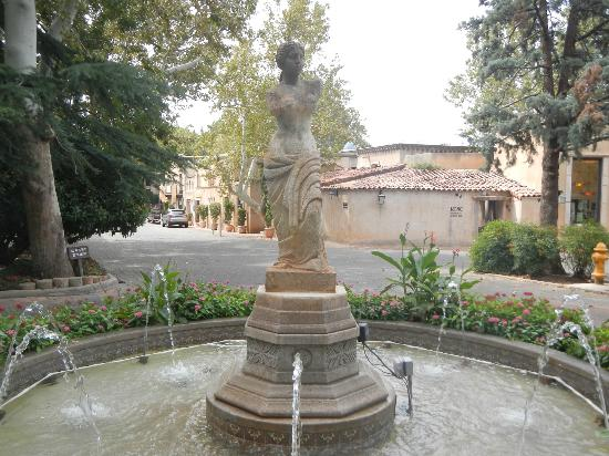 Tlaquepaque Arts & Crafts Village: Fountain