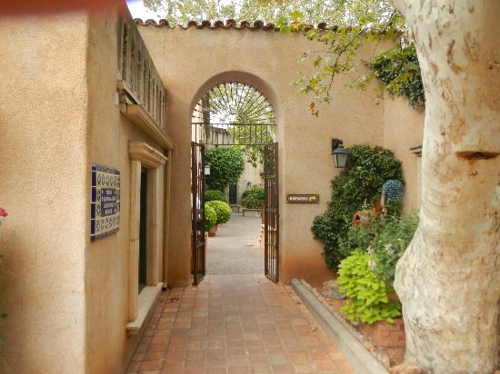 Tlaquepaque Arts & Crafts Village: Entrance