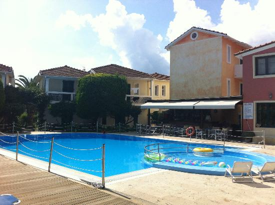 Alkyon Apartments & Villas Hotel: Pool area and bar