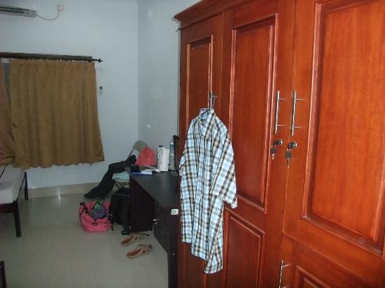 Graha Sekar Melati Hotel & Restaurant: lemari dan meja