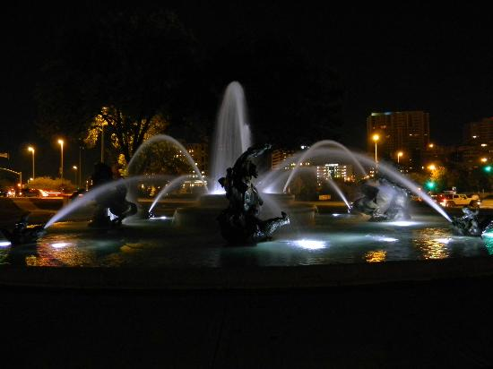 Kansas City Marriott Country Club Plaza: Fountain at the Plaza