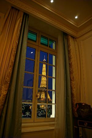 Shangri-La Hotel Paris: Eiffel was just outside the window literally