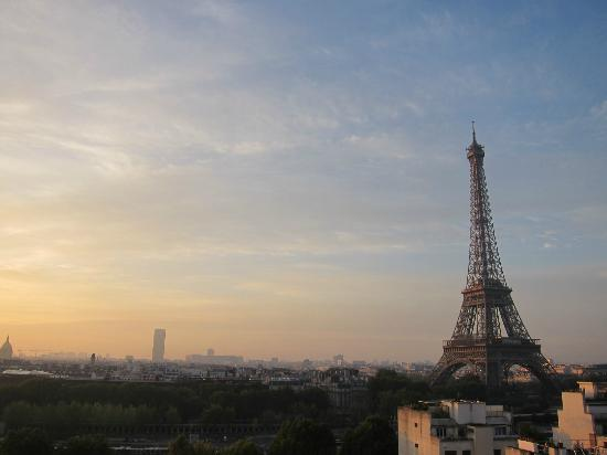 Shangri-La Hotel Paris: Bonjour Paris, view of the life time