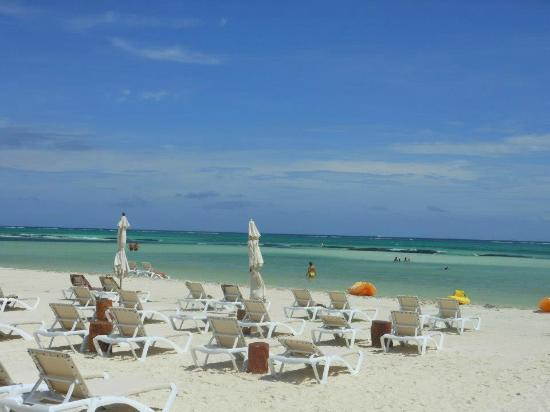 El Dorado Maroma, a Beachfront Resort, by Karisma: No crowd..beautiful beach