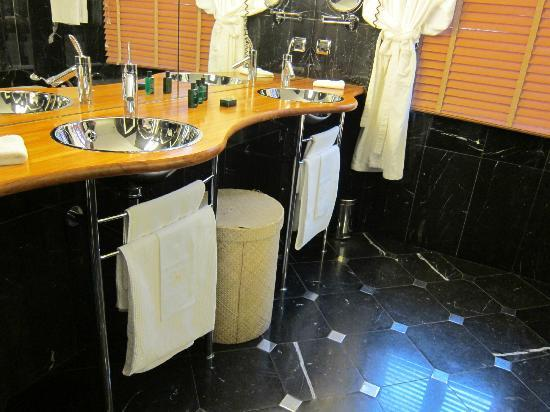 L'Hotel De Beaune: clean bathroom
