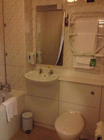 Leonardo Hotel Edinburgh City Centre (Haymarket): Clean bathroom
