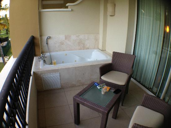 Now Larimar Punta Cana : Small tub/Jacuzzi on balcony (Junior Deluxe Suite)