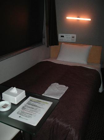 Hotel Livemax Korakuen : 快適なベットで、ルームライトの明るさは枕元のパネルで調節可能