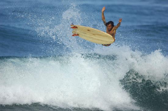 Balsa Surf Camp: Rasty surfeando una de sus tablas de madera balsa.