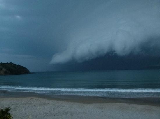 Chez Pitu Praia Hotel: tormenta en geriba. desde el balcon del chez pitu