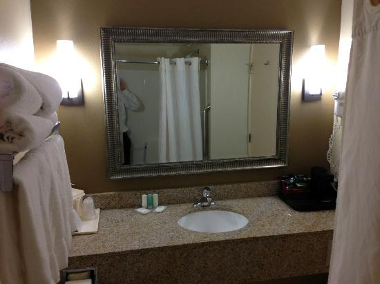 Comfort Suites : bathroom