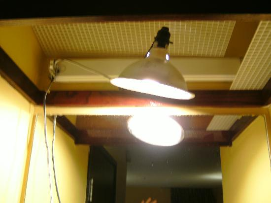 Econo Lodge Inn & Suites: temporary construction light over bath sink